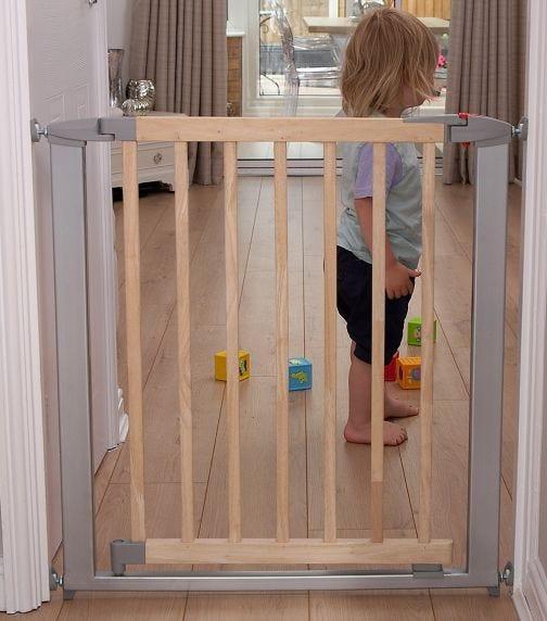 CLIPPASAFE Swing Shut Extendable Gate - 73-96 Cm - Metal & Wood (Silver/Wood)